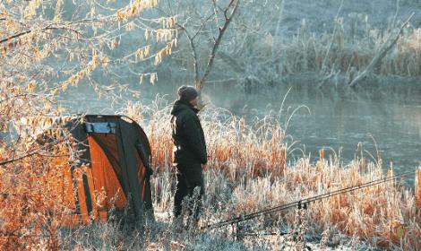 Best bait for carp fishing in winter - carp fisherman on frosty banks