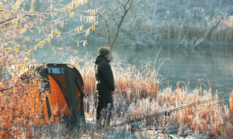 When do carp stop feeding in winter - carp fisherman on frosty banks